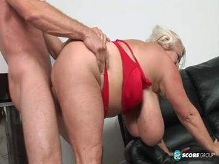 Огромная женская сисястая попа скачет на члене парня после секса с ней