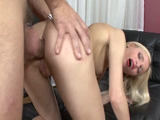 Молодой человек трахает русскую девушку с большими сиськами