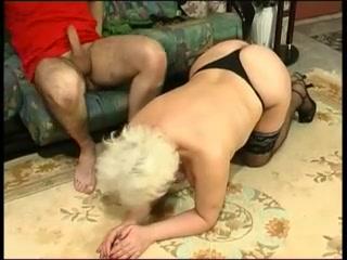 Бабушка трахает внука в пизду стоя прямо перед его лицом