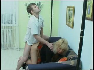 Порно видео мама и друг трахаются на диване в гостиной комнате дома - смотреть