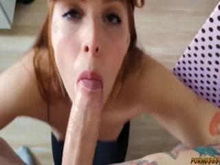 Зрелая мама сосет хуй молодому парню в разных позах