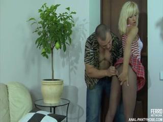 Парень трахает русскую девушку, которая любит давать во все дыры и кончает ей прямо внутрь!