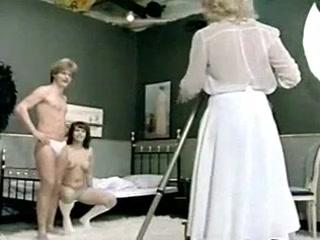 Секс с блондинкой-фотомоделью в студии и страпоном - порно для дрочки