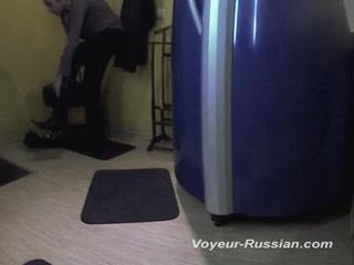 Зрелая блондинка мастурбирует киску на улице дома после загара